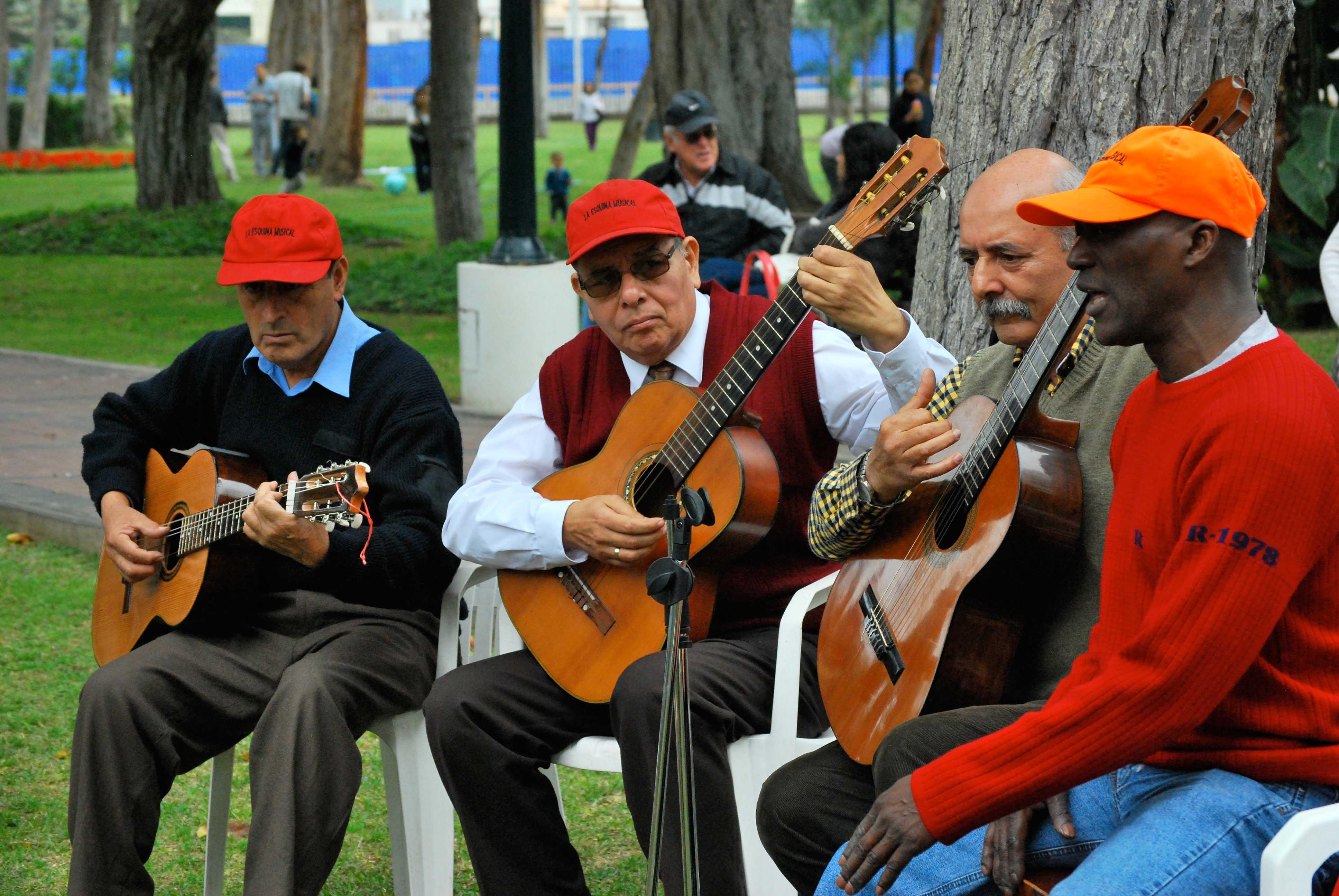 Grupo de Musicos da Esquina Musical no Parque Reducto em Lima