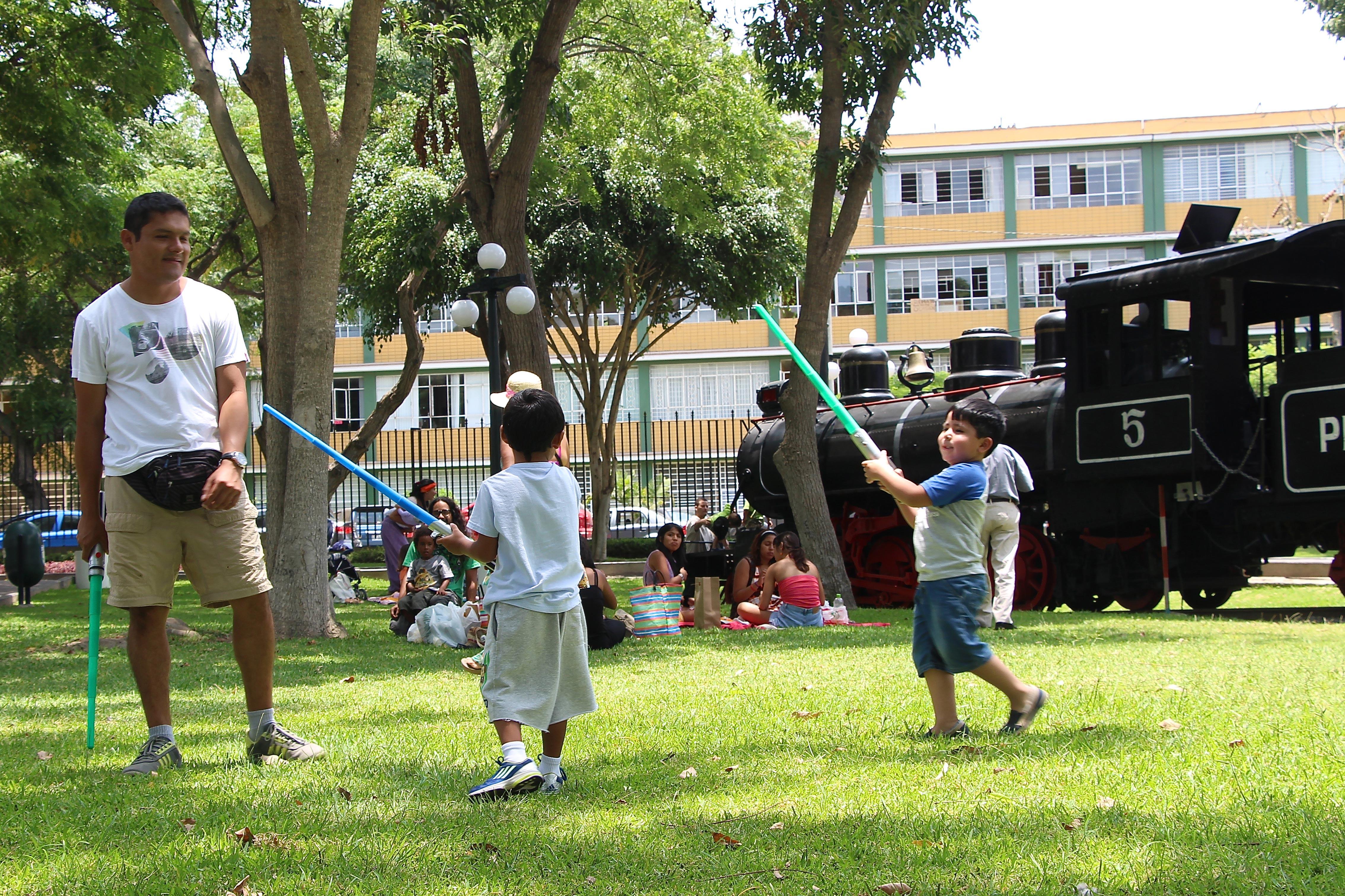 Crianças brincam no Parque Reducto em Lima