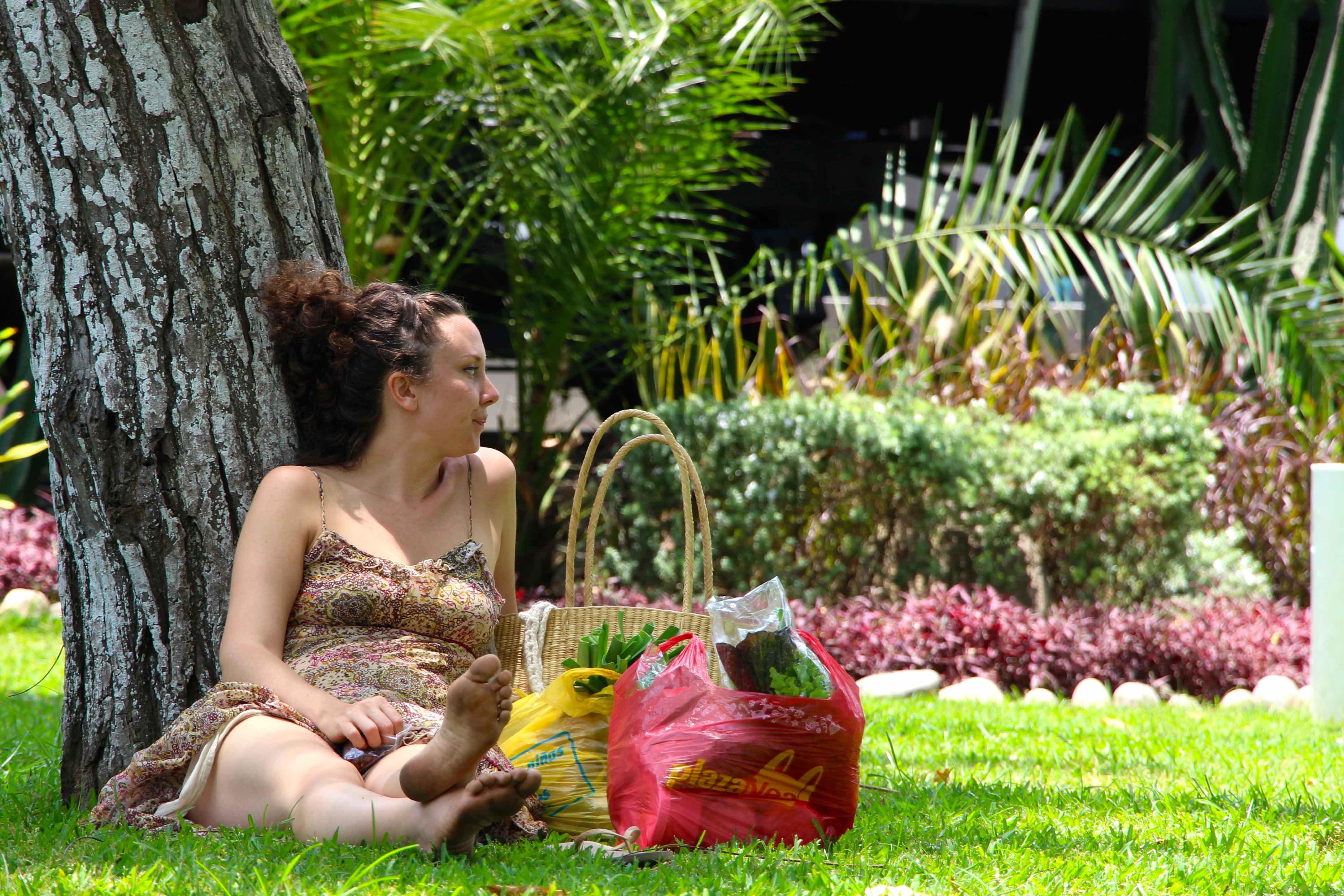 Mulher descansando no Parque Reducto em Lima