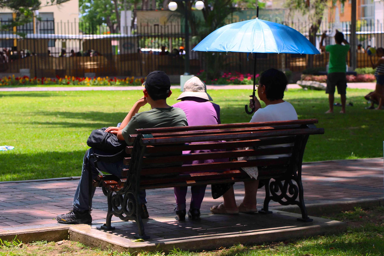 Pessoas descansando no Parque Reducto em Lima