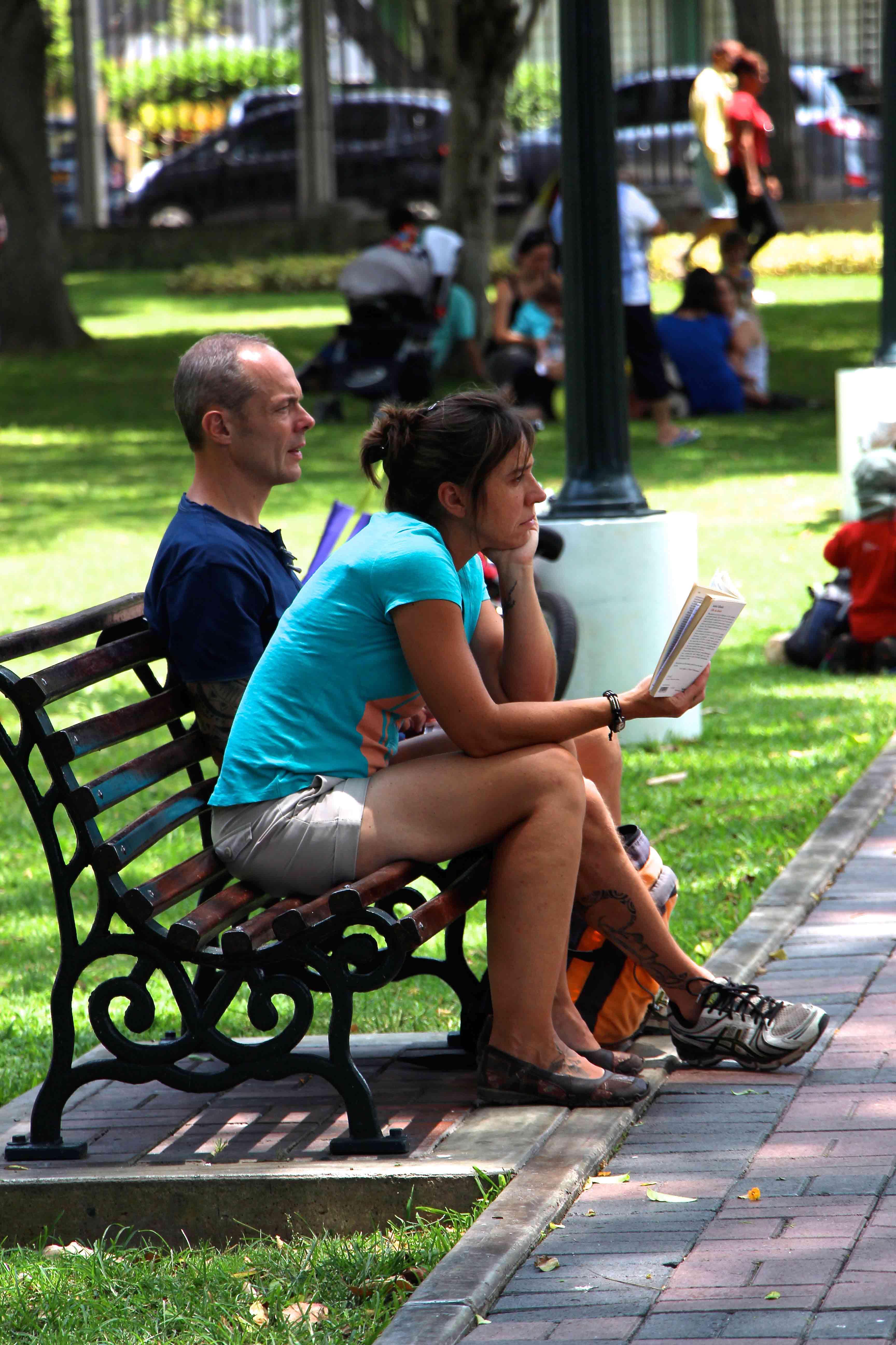 Pessoas lendo no Parque Reducto em Lima