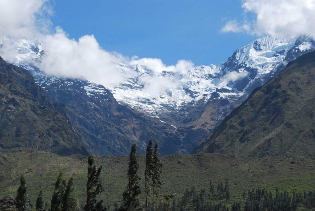 Montanhas nevadas em passeio de trem a Machu Picchu, Peru