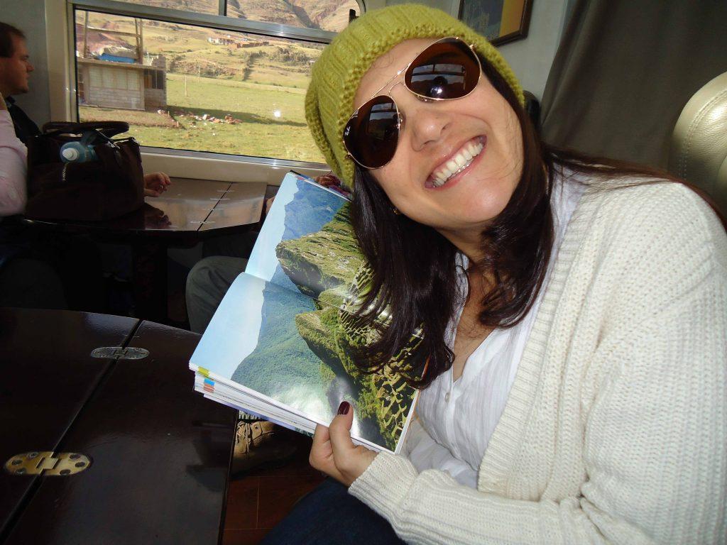 Manu Tessinari no trem indo para Machu Picchu