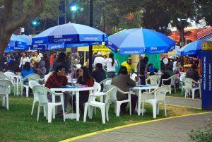 pessoas comendo na feira Mistura