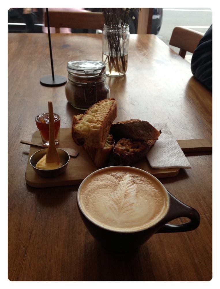 Café com leite e pão com manteiga no El Pan de la Chola