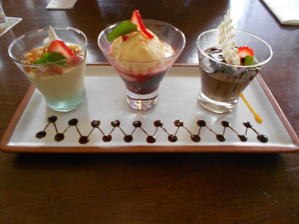 La dulce trilogía - queso helado de maracujá. sorvete de creme com calda de frambosesa e mousse de chocolate.