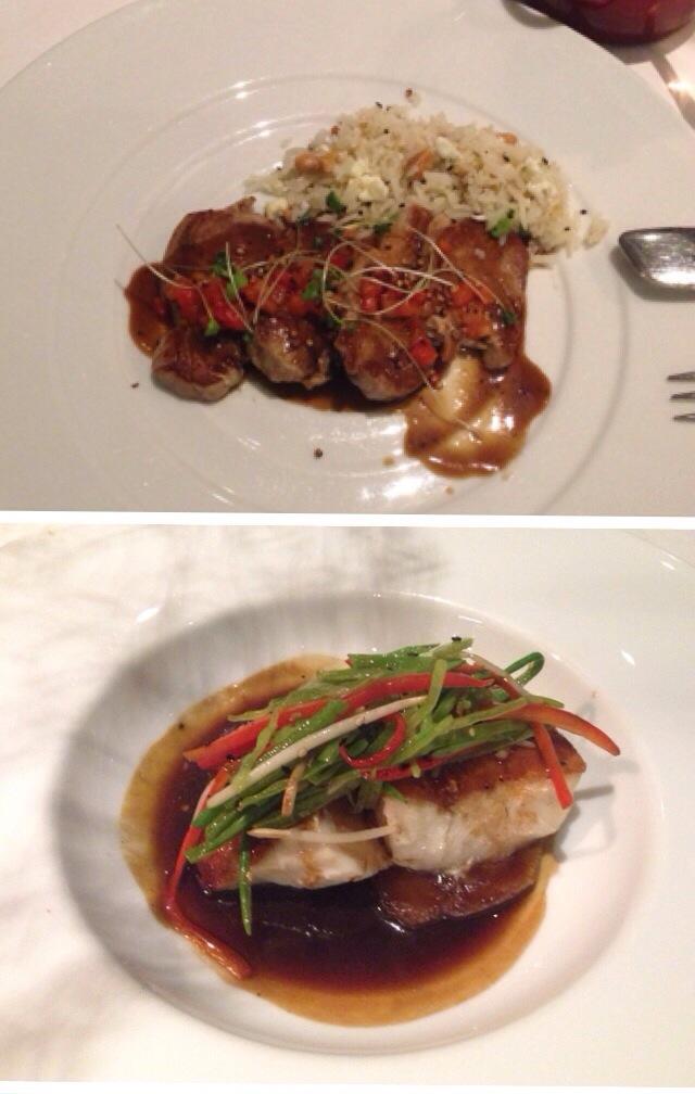 Pratos que pedimos: acima o meu atum (vinha um arrozinho feliz acompanhando meu prato) e a corvina, pedido do marido.