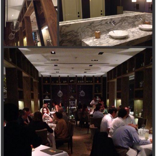 Salão principal do restaurante Maras, com iluminação indireta e bastante cheio. Acima Fotografia dos pendentes de metal e também do banheiro do local.