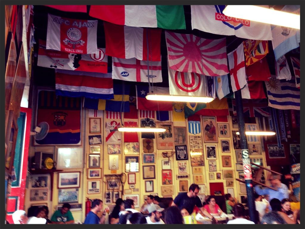 Teto enfeitado com bandeiras de vários países e também de times de fotebol