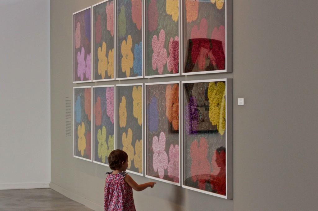 Olivia descobrindo arte. Porque museu também é lugar de criança.