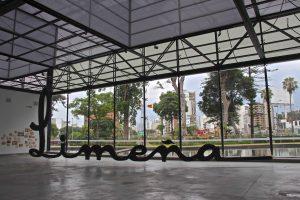 Arte no galpão principal do MAC Lima, no Barranco.