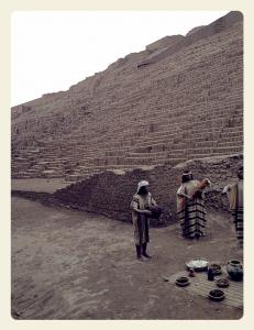 Parte das ruínas da Huaca Pucllana, na foto também estão bonecos que representam o modo de vida das civilizações antigas
