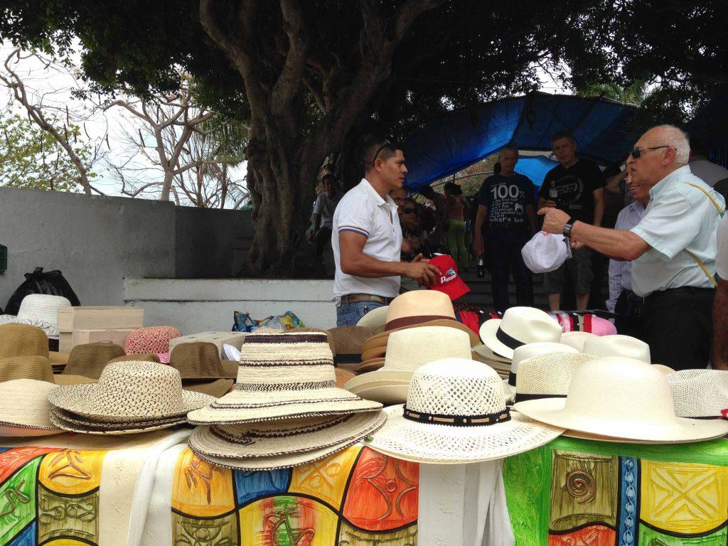 Vendedor de chapéu do Panamá em toda esquina.