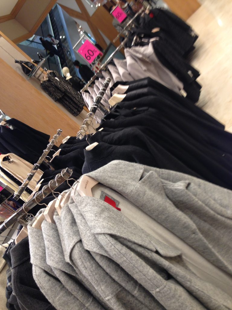 Casacos Mango com 60% desconto - o inverno aqui não está muito forte, então as promoções estão lotadas de roupas de inverno pesadas.