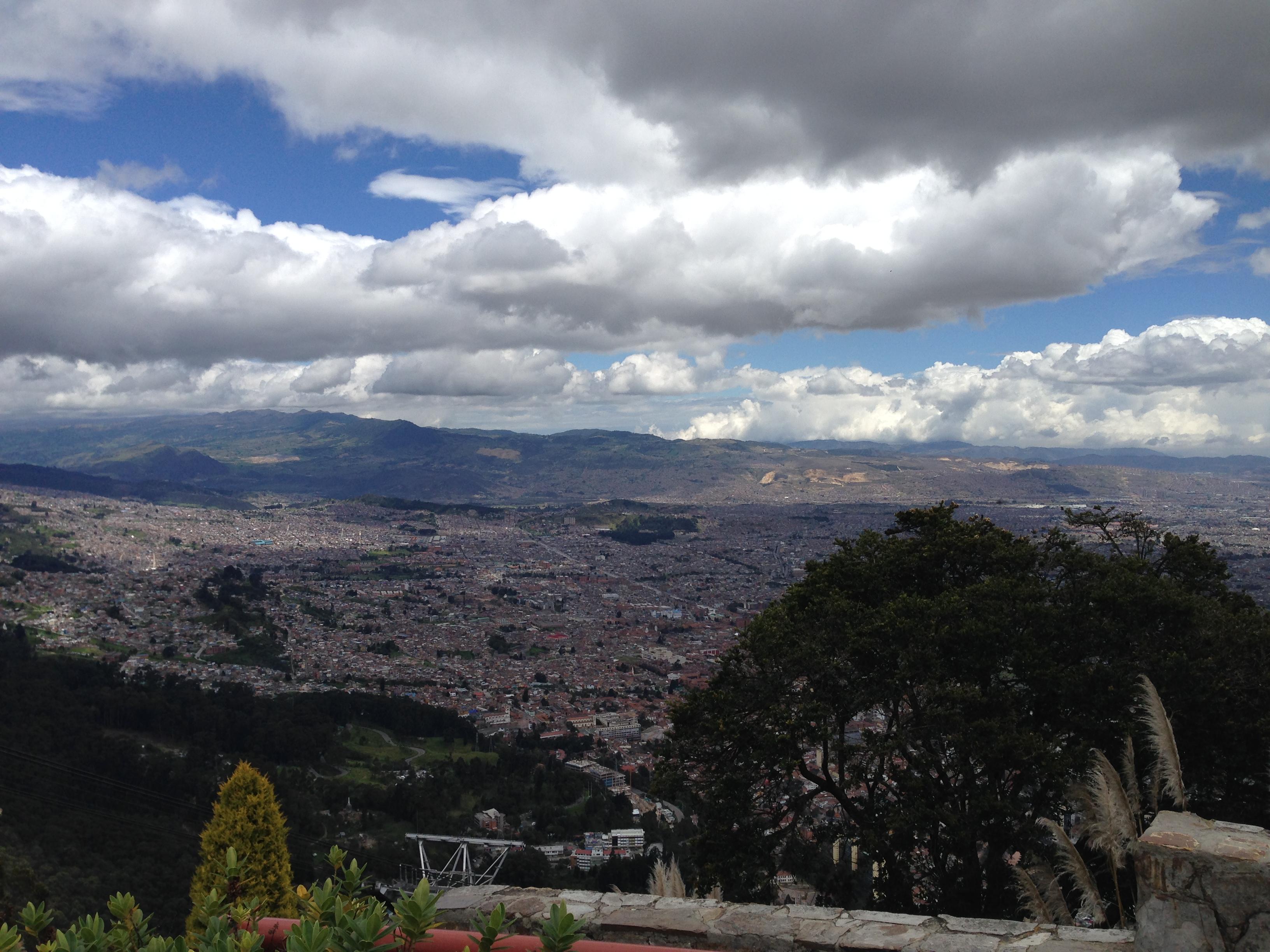 Vista da cidade de Bogotá desde o Santuário de Monserrate, que fica a 3170m de altitude