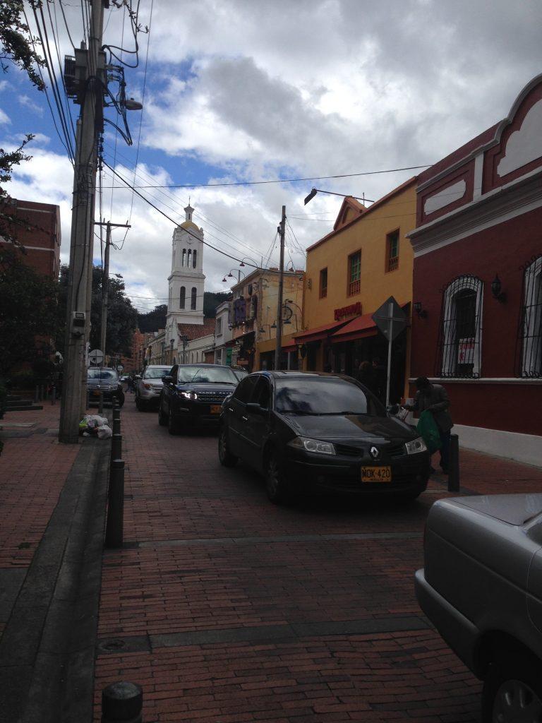 Rua do bairro Usaquén - o movimento dos restaurantes aos finais de semana é considerável