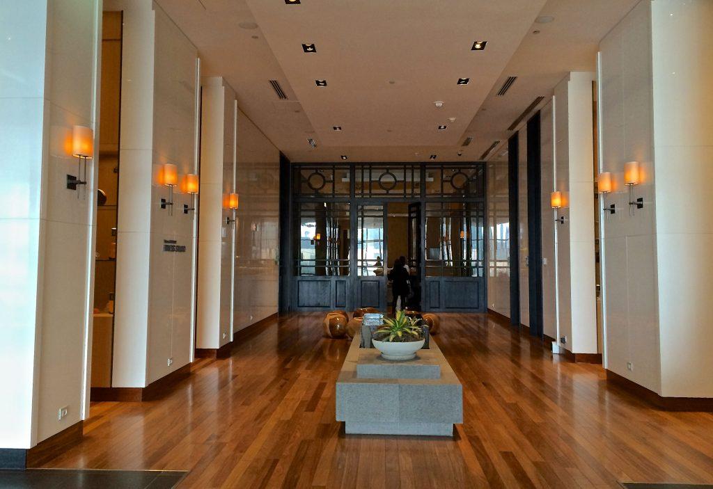 Academia, Salão de Beleza e, ao fundo, o portão que dá entrada ao Heavenly Spa, em Lima.
