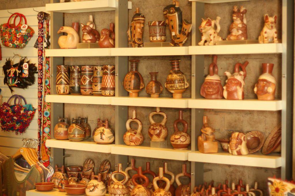 Réplicas expostas na loja do museu Larco