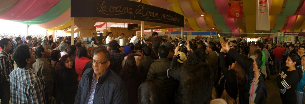 Uma panorâmica do tumulto em torno do Gastón Acurio, na Cozinha do El Gran Mercado.