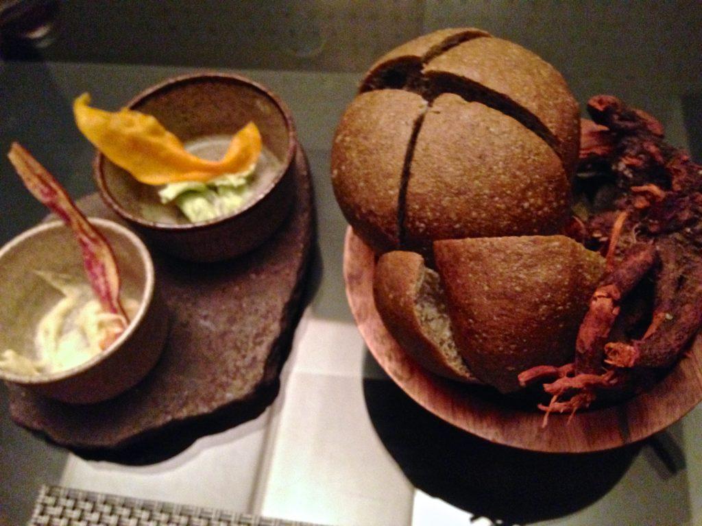 Pão de folha de coca e chips de banana e mandioca.