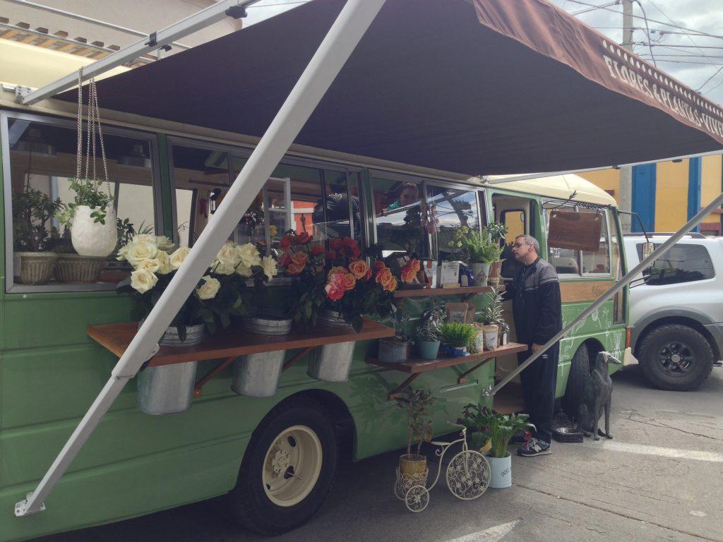 Apaixonei nesse mini ônibus florista dentro da freirinha de Usaquén.