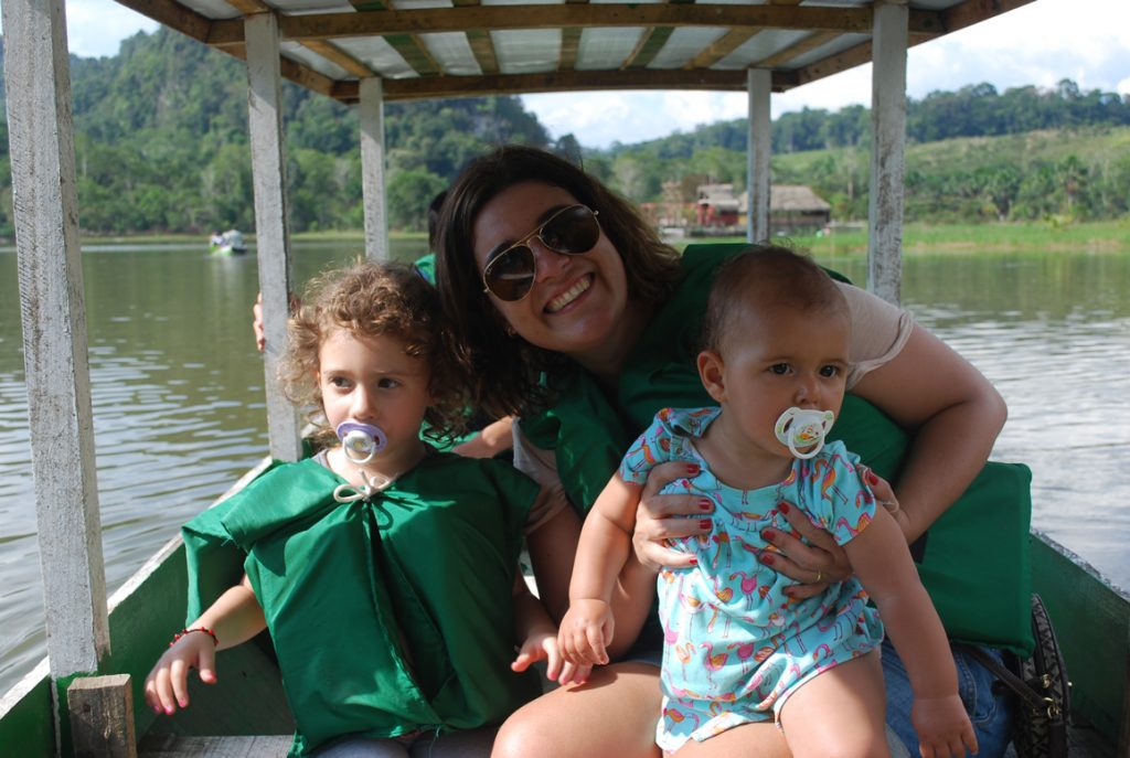 Passeio de barco/canoa na selva peruana.
