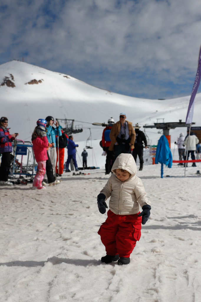 Olivia conhecendo a neve.