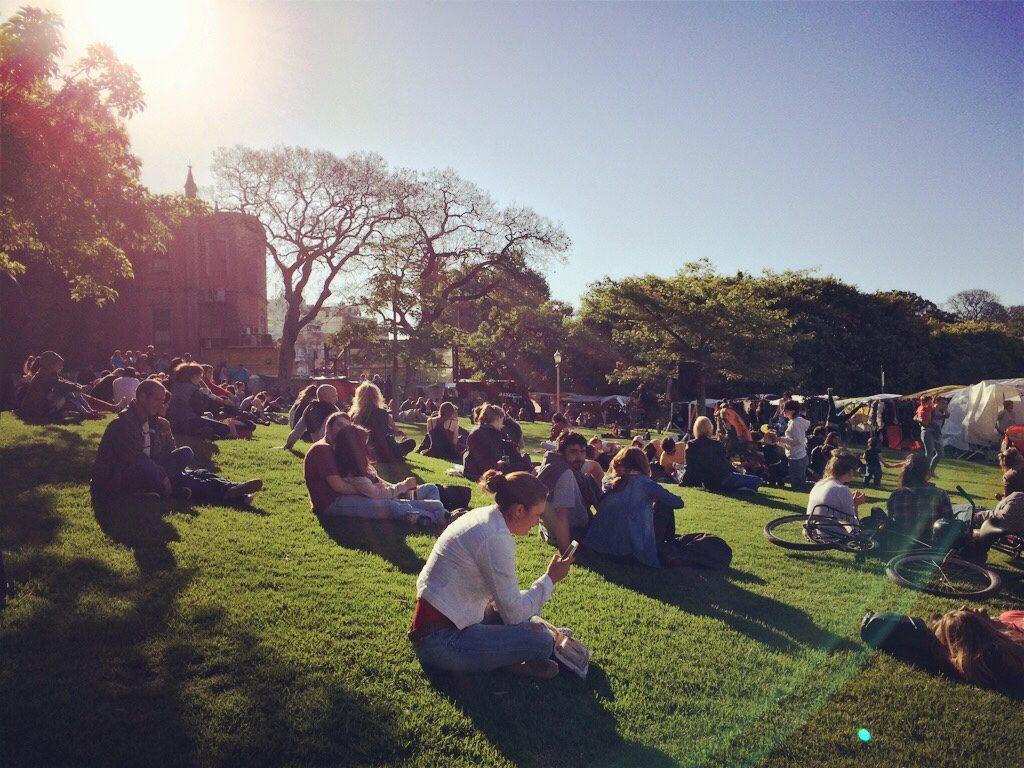 Todo mundo para quando escuta boa música. Essa foto foi tirada na Plaza Francia, em Buenos Aires.
