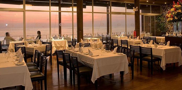 Salão principal e vista para o mar no Cala Restaurante. (Foto: Divulgação site)