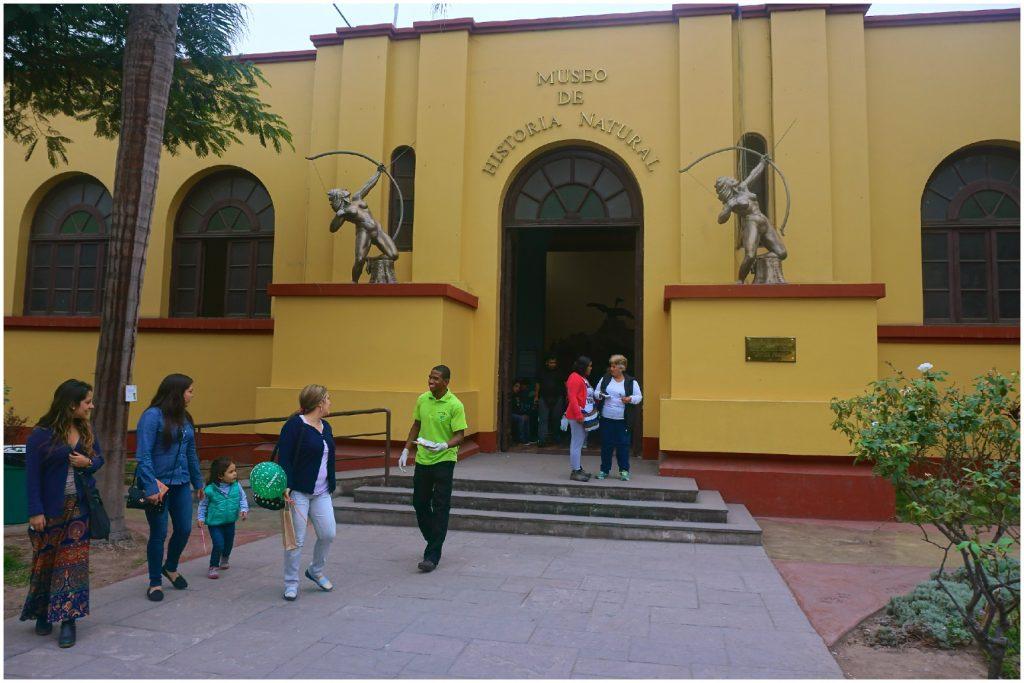 A entrada do Museu de História Natural de Lima. Peru