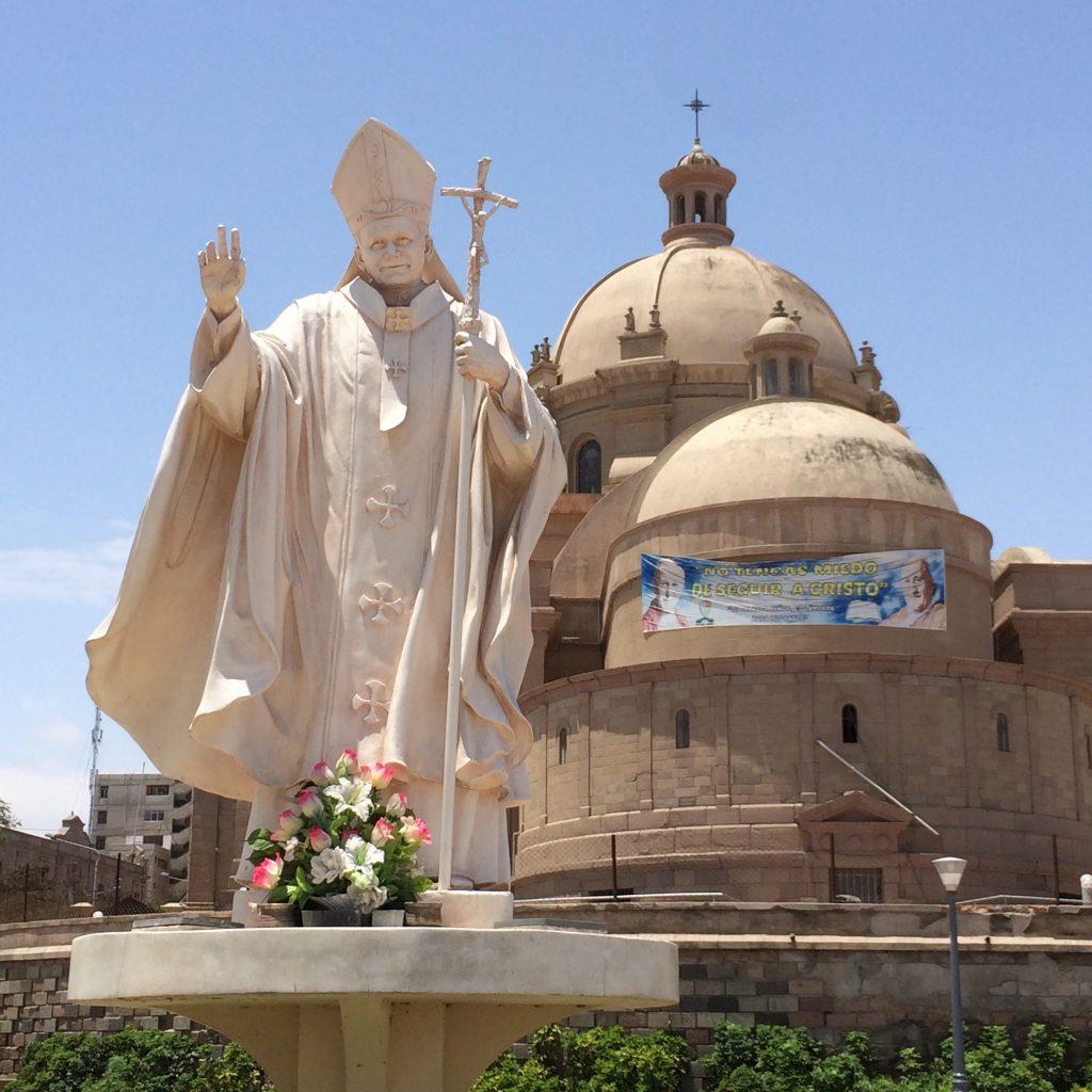 Catedral de Tacna (ao fundo) e Monumento ao Papa João Paulo II.