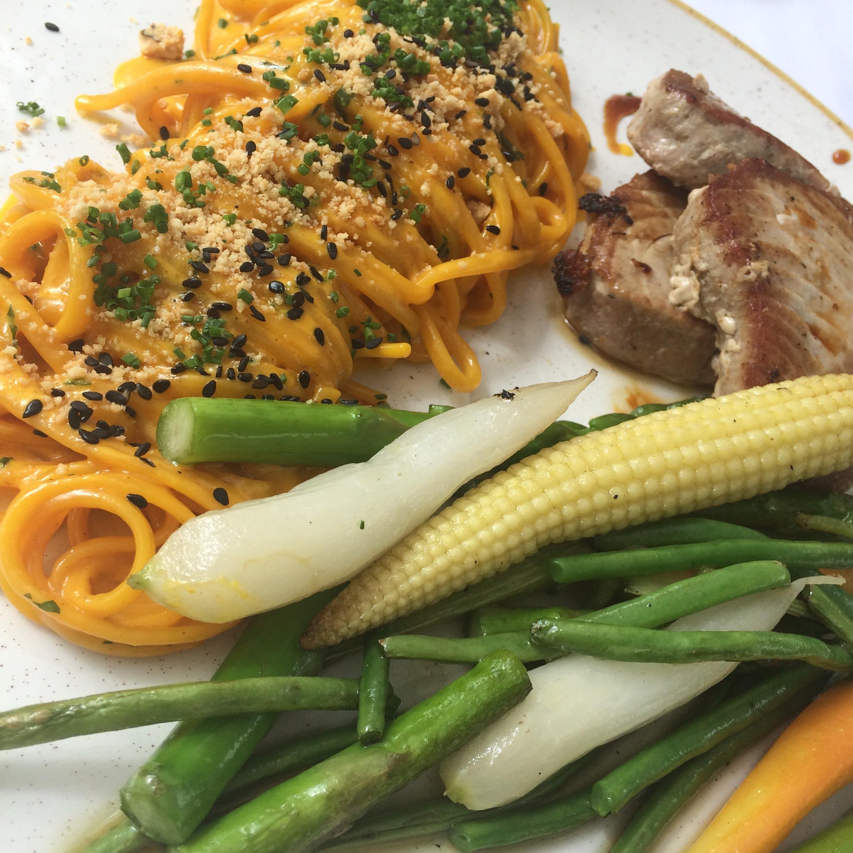 Linguini com curry thai (apaixonada), atum e vegetais.